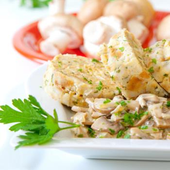 Putenrahmgeschnetzeltes mit Semmelknödel und Salat