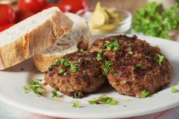 Geflügel-Pflanzerl an Rahmsoße mit Kartoffelpüree und Salat