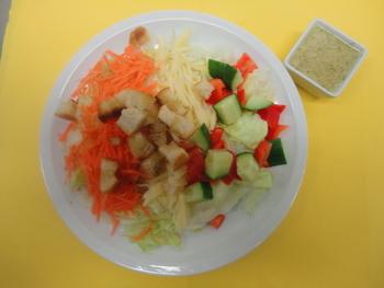 Salatteller mit Käsesteifen und Croutons