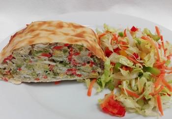 Gemüsestrudel mit Salat