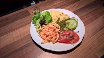 verschiedene bunte Salate mit zweierlei Dressings
