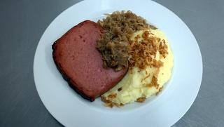 Leberkäse vom Schwein mit Sauerkraut, Kartoffelpüree und Röstzwiebeln
