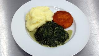 Gebackener Käse mit Spinat und Kartoffelpüree