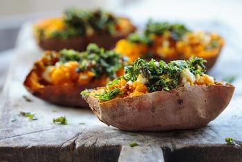 Ofenkartoffel mit Soure Creme und gebratenen Putenbruststreifen