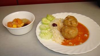 Hackfleischbällchen, Reis, Salat