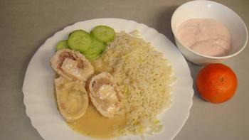 Putenröllchen, Reis, Salat,Obst