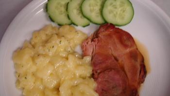 Schweinebraten (gepökelt) , Kartoffelsalat, Salat, Obst