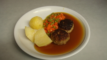 Fleischpflanzerl, Kartoffeln, Gemüse