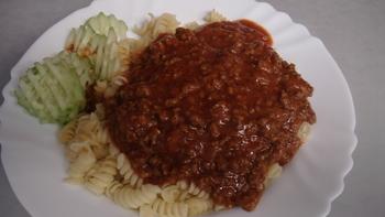 Nudeln mit Bolognesesoße, Salat