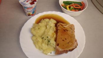 Leberkäse, Kartoffelsalat, Obst