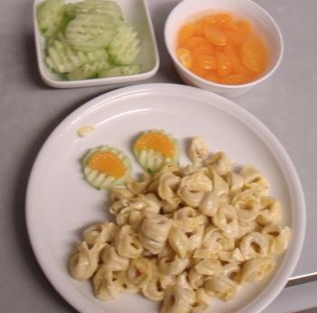 Tortellini, Sahnesoße, Salat