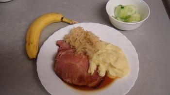 Kassler, Kartoffelbrei, Sauerkraut, Obst