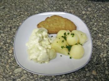 Hähnchenschnitzel mit Möhrengemüse, Kartoffeln und Soße