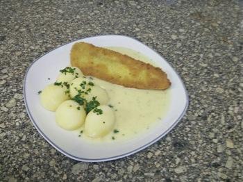 Gedünstetes Fischfilet mit Kartoffeln und Dillsoße
