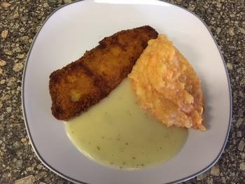 Bratfischfilet mit Süßkartoffelpüree und Kräutersoße