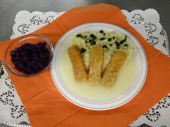 Gebratenes Fischfilet mit Kartoffelpüree und Kräutersoße
