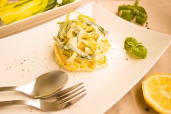 Nudeln in Zucchini-Sahne-Soße mit Tagessalat