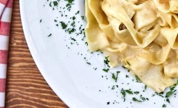 Nudeln in Käse-Sahne-Soße mit Tagessalat