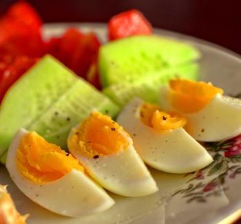 Eier in Senfsoße mit Kartoffelpüree und Tagessalat