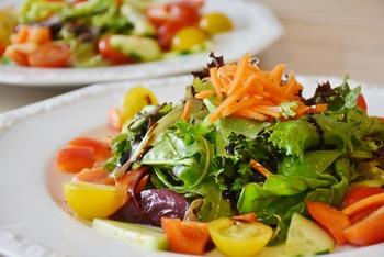 Bunter Salatteller mit Brötchen und Nachspeise