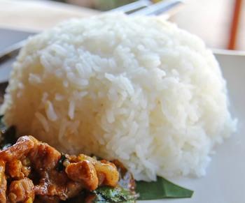 Würstelgulasch mit Reis und Tagessalat