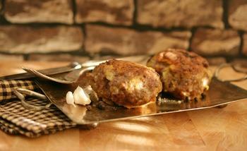 Fleischküchle mit Rahmsoße, Kartoffelpüree und Tagessalat