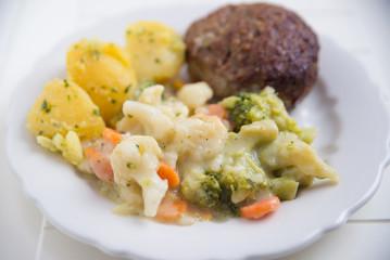 Geflügelhacksteak mit Buttergemüse und Salzkartoffeln