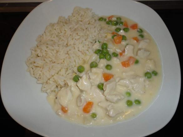 Hühnerfrikassee mit Erbsen und Möhren dazu Reis