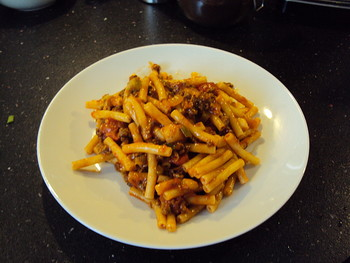 Makkaroni mit Hackfleisch-Tomatensoße
