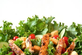 Großer Salatteller mit Hähnchenbruststreifen und Baguette