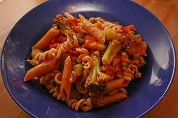 Spirelli-Nudeln mit Gemüse-Tomatensoße und frischen Kräutern