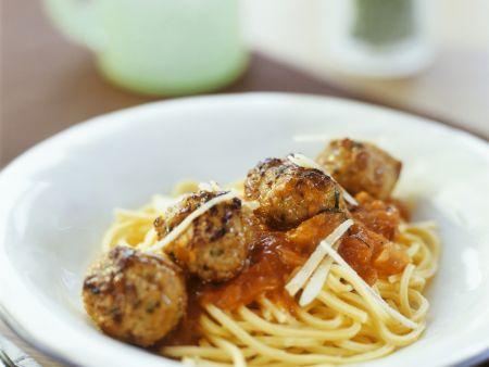Spaghetti mit Tomatensoße und Hackbällchen