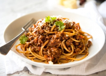 """Spaghetti """"Bolognese"""" mit Tomaten-Hackfleischsoße"""
