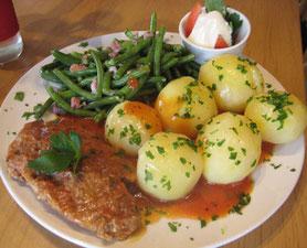 Geflügelhacksteak mit Bohnengemüse und Kartoffeln
