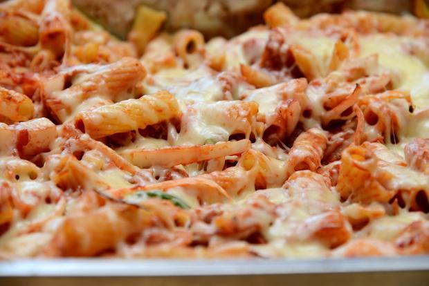 Nudel-Gemüse Gratin mit Käse überbacken