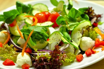Großer Salatteller mit Baguette